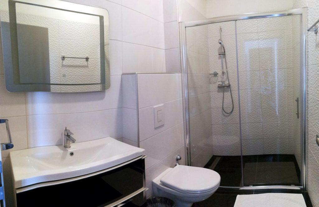 modernes bad mit wc und dusche bara bay metajna